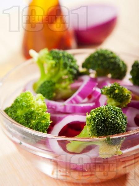 Здравословна салата с броколи на пара, червени чушки и моркови - снимка на рецептата